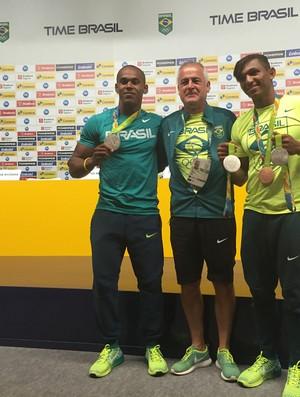 Jesús Morlán entre Erlon de Souza e Isaquias com as medalhas
