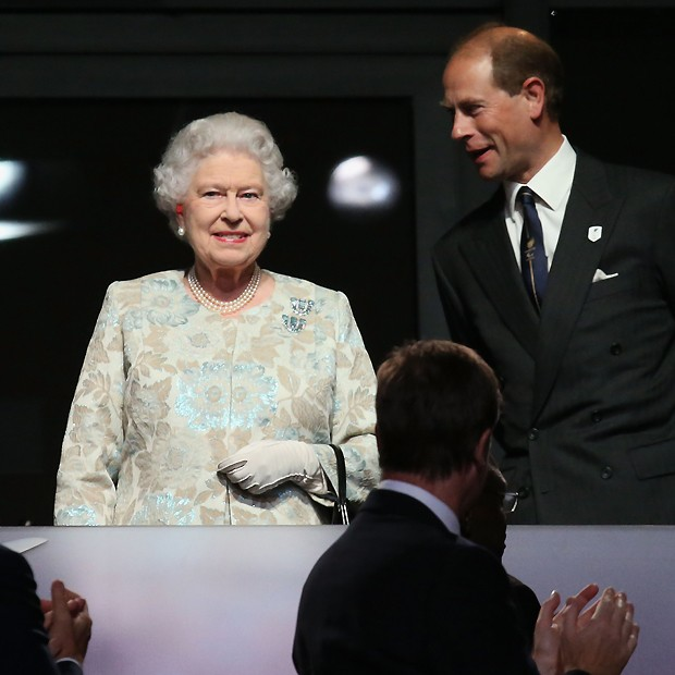 A rainha Elizabeth II ao lado do príncipe Edward (Foto: Getty Images)