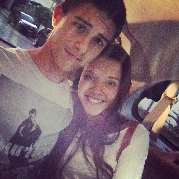 Vinícius Bonemer com a namorada (Foto: Reprodução/Instagram)