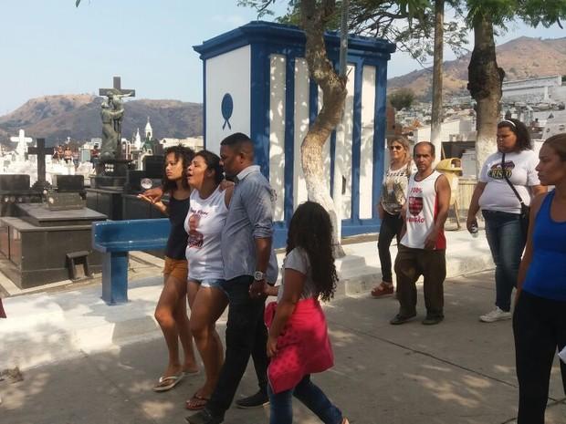 Mãe de Ana Clara deixa o cemitério amparada após enterro da filha (Foto: Alessandro Ferreira/G1)