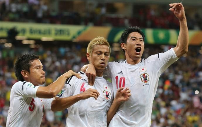 Honda e Kagawa comemoram, Itália x Japão (Foto: AP)