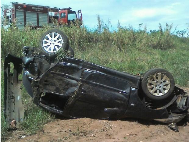 Carro capotou no acostamento da Rodovia SP-245 (Foto: Divulgação/ Bombeiros Avaré)