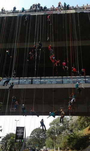 Rapeleiros descem com cordas o viaduto do Metrô Sumaré (Foto: Elida Oliveira/G1)