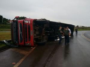 Ao realizar a curva, a carga deslizou, forçou o baú e o caminhão tombou.  (Foto: Divulgação / Tenente Roberto)