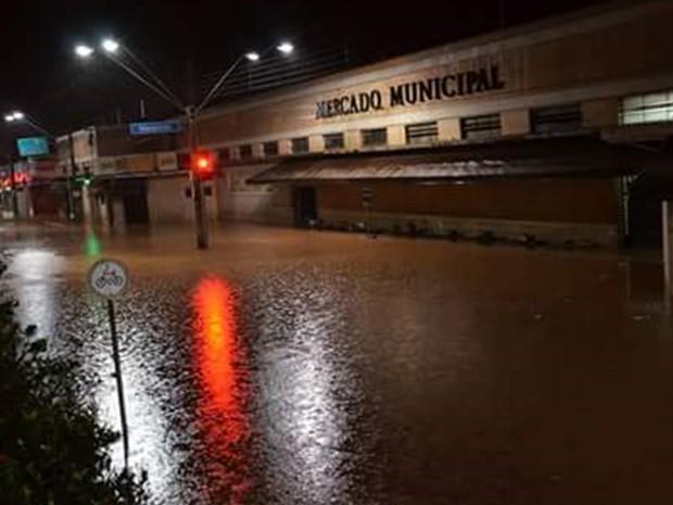 Rua em frente ao Mercado Municipal de Catanduva também ficou alagada (Foto: Aplicativo/TEM Você)