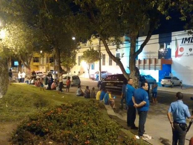 Grupo de fãs aguarda chegada do corpo do ator Domingos Montagner ao IML de Aracaju (Foto: Priscilla Bitencourt/TV Sergipe)