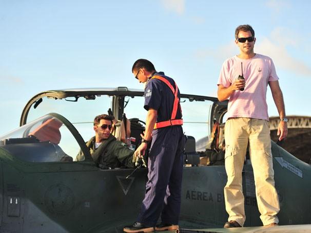 Henri Castelli recebe as últimas instruições, acompanhado de perto pelo diretor Leonardo Nogueira (Foto: João Miguel Júnior / Rede Globo)