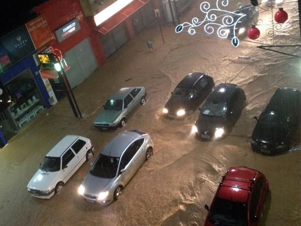 Principal rua da cidade, a Assis Figueiredo, 'virou rio' em Poços, MG.  (Foto: Reprodução/ whatsapp)