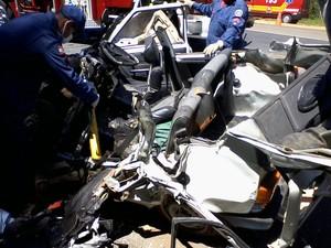 Uno ficou completamente destruído (Foto: Corpo de Bombeiros/Divulgação)