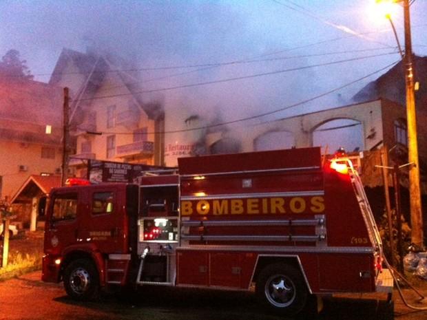 Hotel e restaurante pegaram fogo em Gramado (Foto: Manoel dos Santos/RBS TV)