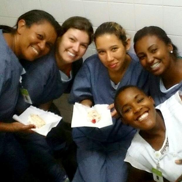 Agora momento profissional: Angélica é auxiliar de enfermagem (Foto: Arquivo Pessoal)