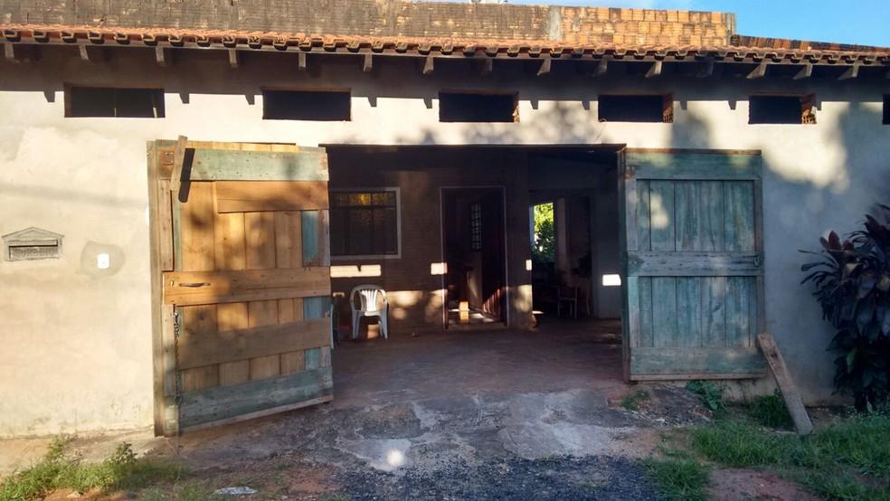 Vítimas foram encontradas mortas no interior de uma casa na Vila Industrial em Bauru (Foto: Sandra Fonseca/TV TEM)