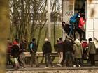 Centenas de imigrantes tentam entrar no eurotúnel na França