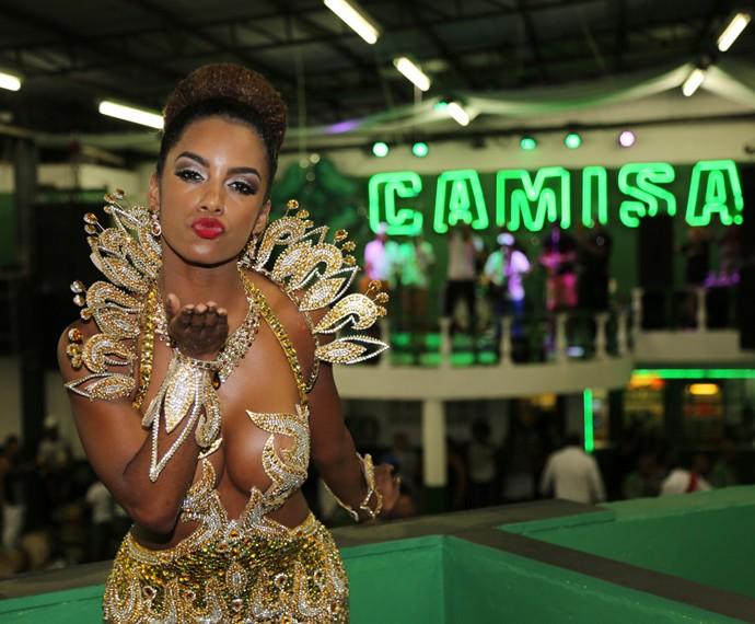 Feliz da vida, Ivi Pizzott, nova rainha de bateria da Camisa Verde e Branco, manda beijo (Foto: Carol Caminha / TV Globo)