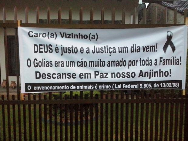 Em forma de protesto, moradora colocou um cartaz em frente de casa (Foto: Facebook/Reprodução)