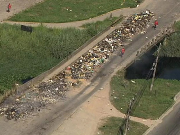 As ruas de Caxias estão repletas de lixo (Foto: Reprodução/Globocop)