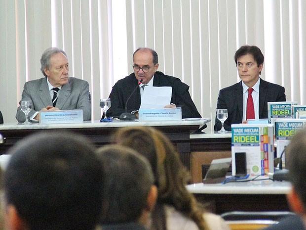 Lewandowski acompanhado do presidente do TJRN, Cláudio Santos, e do governador Robinson Faria (Foto: Rayane Mainara/Assecom)