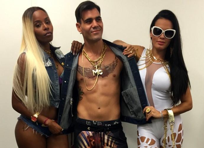 MC Merlô (Juliano Cazarré) e suas 'Merlozetes' Ninfa (Roberta Rodrigues) e Alisson (Letícia Lima) (Foto: Divulgação)