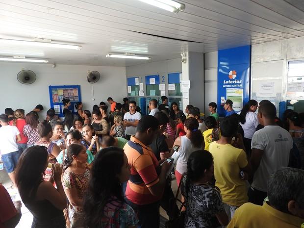 Cliente dos bancos buscam casas lotéricas como alternativa e formam longas filas (Foto: Jackson Felix/G1 RR)