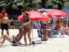 Sabrina Sato exibe seu corpão na praia do Leblon, no Rio