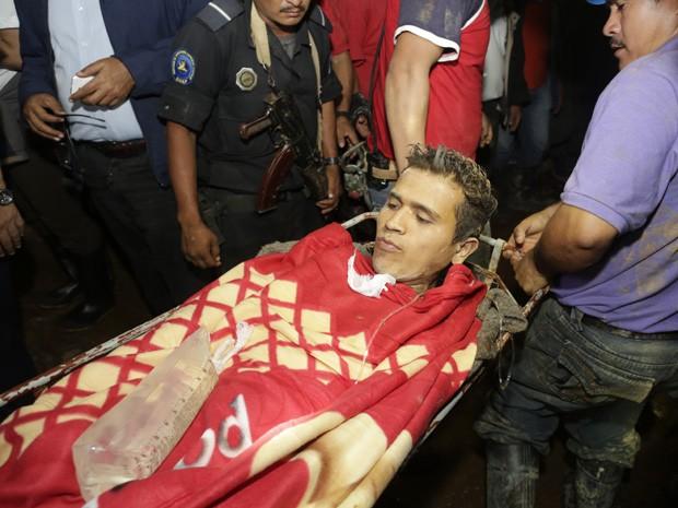 Mineiro é levado para um hospital depois de ser resgatado de mina que desabou na Nicarágua. (Foto: Inti Ocon / AFP Photo)