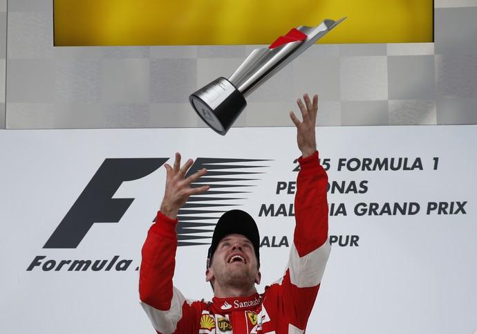 Vettel joga o troféu para o alto (Foto: Reuters / Olivia Harris Livepic)
