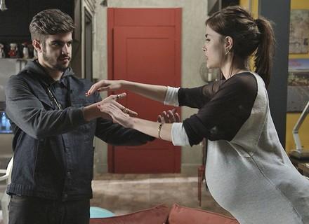 Companheiro! Grego tenta ajudar Margot em exercícios de gravidez