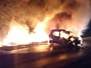 Carro pegou fogo na BR-262 em Bom Despacho (Foto: Polícia Militar Rodoviária/Divulgação)