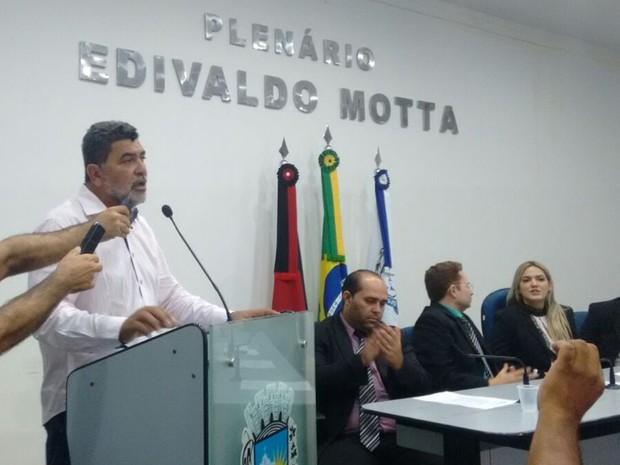Lenildo Morais anunciou exoneração de secretários municipais (Foto: Rafaela Gomes/TV Paraíba)