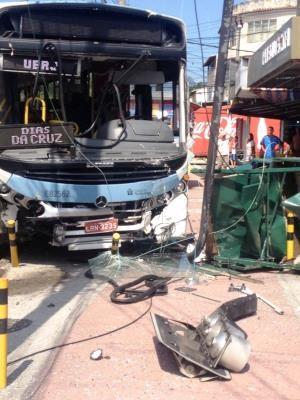 Ônibus se envolve em acidente na Vila Valqueire. (Foto: Sheila Fernandes Paes/VC no G1)