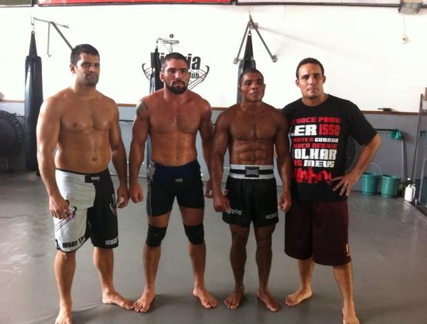Marcelo Guimarães ao lado dos treinadores Hugo Miranda, Alexandre Kaveira e do lutador de MMA 'Patola' (Foto: Divulgação/Arquivo Pessoal)