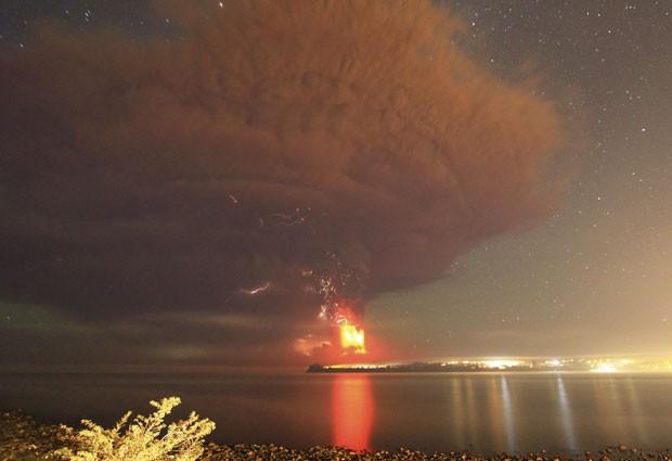 A erupção do vulcão Calbuco fez 4 mil pessoas serem evacuadas; cinzas e lava são vistas do Lago Llanquihue em Puerto Varas nesta quinta-feira (23) (Foto: Carlos Gutierrez/Reuters)