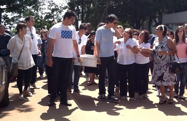 Família carrega caixão com o corpo do menino Enrico Salazar Padilha, que morreu após cair da varanda de um apart-hotel na Barra da Tijuca (Foto: Felipe Néri / G1DF)