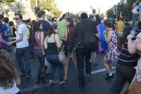 Um judeu ultraortodoxo ataca pessoas com uma faca na Parada Gay de Jerusalém nesta quinta-feira (30) (Foto: Sebastian Scheiner/AP)