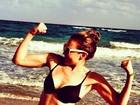 De biquíni, Thalia mostra o muque em praia