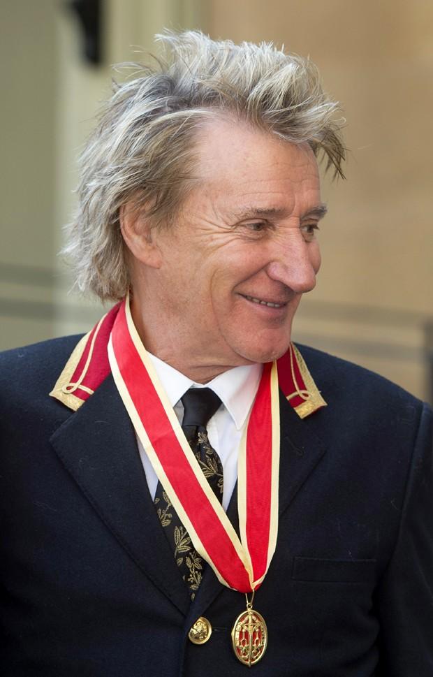 Rod Stewart recebe a ordem de cavaleiro do Império Britânico (Foto: Getty Images)