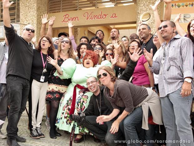 Todos gritam 'Cabum' para a foto (Foto: TV Globo/Saramandaia)