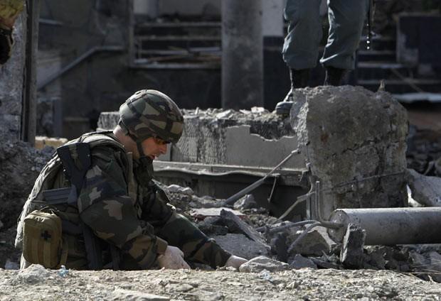 Soldado francês da Otan neste sábado (25) no local dos ataques em Cabul, capital do Afeganistão (Foto: Omar Sobhani/Reuters)