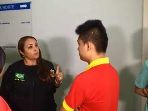 A coordenadora da operação, Márcia Albernaz, conversa com os chineses da pastelaria de Copacabana (Foto: Henrique Coelho/G1)