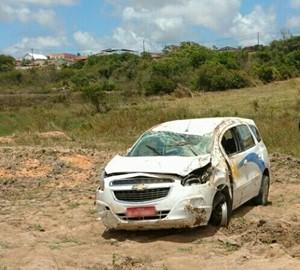 Táxi capotou e desceu ribanceira após motorista perder controle do veículo (Foto: PRF/Divulgação)