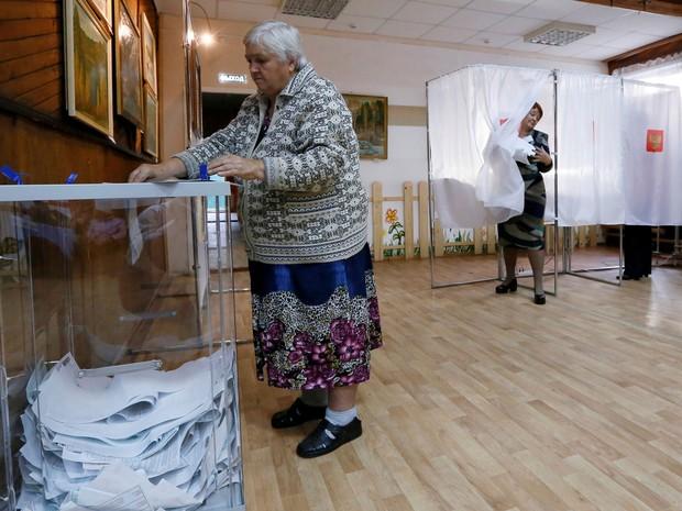 Mulher vota em eleição parlamentar na região de Krasnoyarsk, Rússia (Foto: Ilya Naymushin/ Reuters)