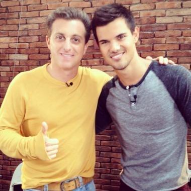 Luciano Huck e Taylor Lautner (Foto: Caldeirão do Huck)