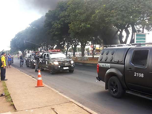Carros da Polícia Militar chegam ao local da manifestação em frente a supermercado em Ceilândia, no DF (Foto: Isabella Formiga/G1)