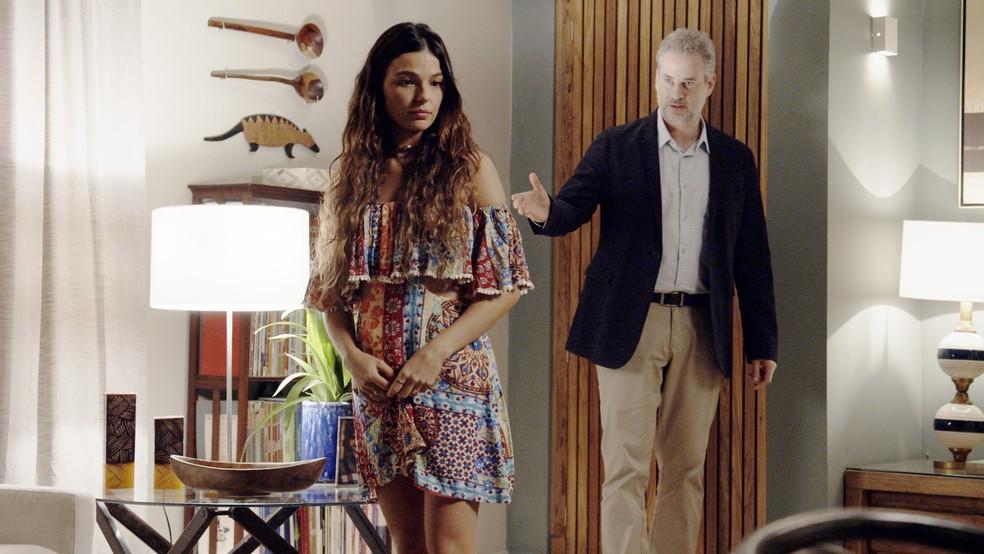 Ritinha fica aliviada ao saber que poderá contar com discrição do sogro (Foto: TV Globo)