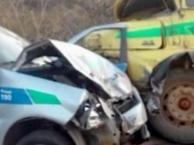 Seis ficaram feridos após acidente entre caminhão e carros da PM, em Goiás (Foto: Reprodução/TV Anhanguera)