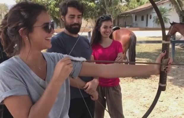 Bruna Marquezine aprende a usar arco e flecha (Foto: Reprodução/Instagram)
