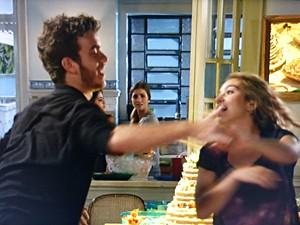 Sofia observa Sidney se divertindo com Meg e não gosta nada