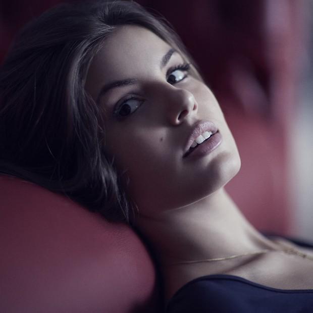 Na trama Camila Queiroz viverá uma modelo de sucesso, Arlete, que se envolve com o mundo da prostituição (Foto: Paulo Vainer)
