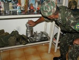 O militar mostra algusn das peças do seu mini museu (Foto: Ivanete Damasceno/G1)