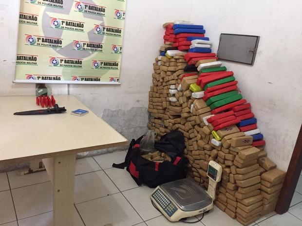 Droga foi levada para delegacia de Itajaí (Foto: PM/Divulgação)